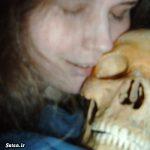رابطه جنسی و احمقانه یک زن با اسکلت انسان! + عکس