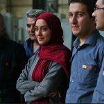 عکس یادگاری بازیگر زن با کارگران شرکت سایپا