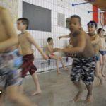 شنای اجباری دختران مسلمان آلمانی در کنار پسران + عکس