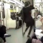 رقص دختر جوان در متروی تهران جهانی شد! (عکس)