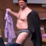 برهنه شدن کامل استاد مقابل دانشجویان در کلاس درس + عکس