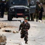 پسر بچه فلسطینی سربازان اسرائیلی را عقب راند! + عکس