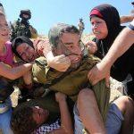 حمله وحشیانه سرباز اسرائیلی به یک کودک و دفاع زنان فلسطینی + عکس